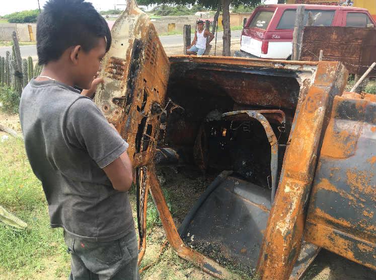 Restos de la camioneta pick up alcanzada por el fuego tras chocar contra combustible almacenado informalmente.
