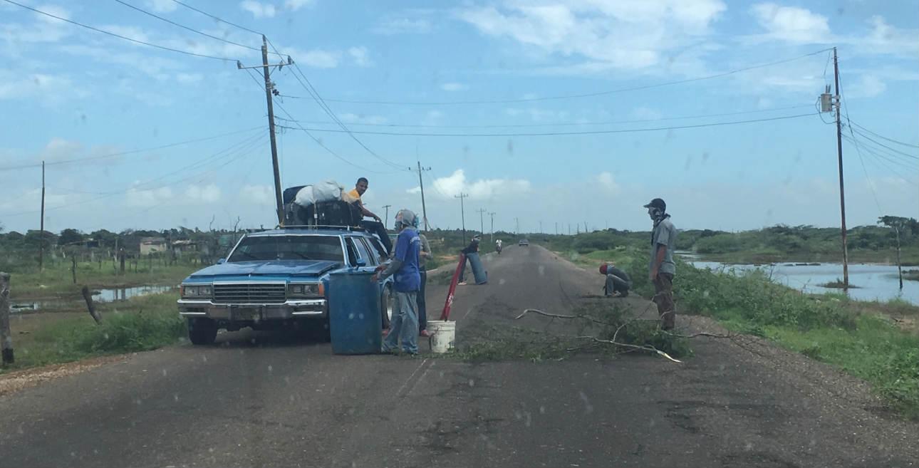 'Mecateros' de la Guajira venezolana. Así se conoce a los lugareños que cobran por el paso de vehículos por las trochas cuando buscan evadir la carretera principal.