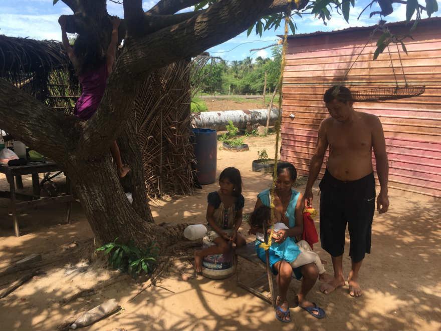 Laura y José, pareja de 'mecateros' de una de las trochas en la Guajira venezolana.