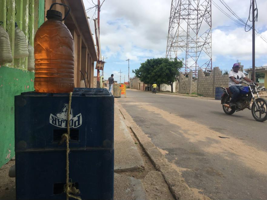 Venta ilegal de gasolina en el mercado Los Filúos en La Guajira venezolana.