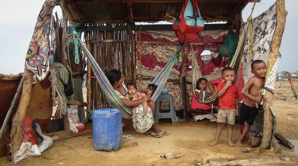 Para refugiarse del sol y de la lluvia, los indígenas wayuu provenientes de Venezuela han construido ranchos con telas rotas y algunas hojas de zinc. / Foto. Edilma Prada.