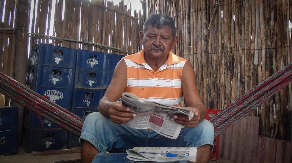 Foto 5. Ricardo Ibarra, indígena wayuu lee el periódico en Uribia, Colombia, para enterarse de lo que pasa en Venezuela, país donde vivió durante 40 años. / Foto. Edilma Prada.