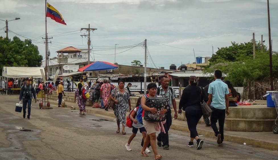 En la línea de frontera en Paraguachón, Maicao, a diario se ve movimiento de personas, entre ellas indígenas. / Foto. Edilma Prada.